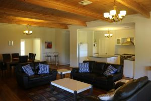 Burton Farmhouse - Kingaroy Accommodation